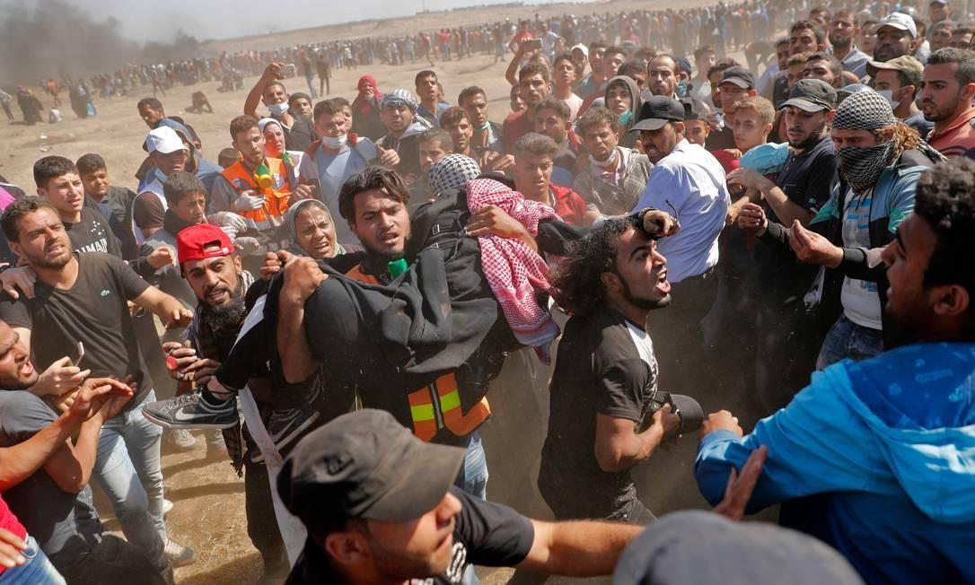 Manifestante ferido após confronto com forças israelenses na Faixa de Gaza é carregado Thomas Coex / AFP