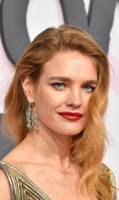 No desfile beneficente Fashion for Relief, Natalia Vodianova também apostou nas esmeraldas YANN COATSALIOU / AFP