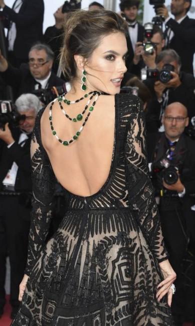 Alessandra Ambrósio também é fãs e aproveitou o comprimento do colar para compor o decote Arthur Mola / Arthur Mola/Invision/AP