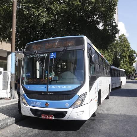 Linha 380 vira para 390 no ponto da Candelária, no Centro Foto: Fábio Guimarães / Agência O Globo