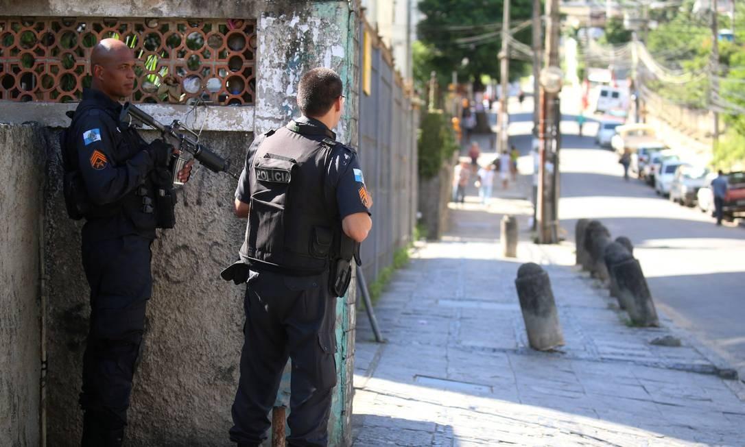 Policiais na entrada de uma comunidade na Praça Seca Foto: Fabiano Rocha / Agência O Globo