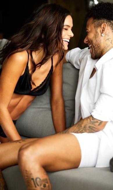Reparem nas carinhas de felicidade de Bruna Marquezine e Neymar. O casal posou em clima de intimidade para promover a linha de underwear que assinou para a gigante do fast fashion C&A. Eles também estão na campanha de dia dos namorados da marca Divulgação