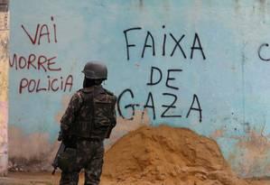Um militar das Forças Armadas na Vila Kennedy Foto: Fabiano Rocha / Agência O Globo / 08-05-2018