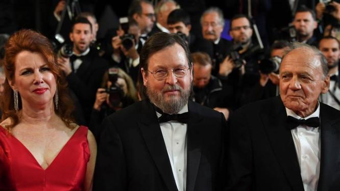 O cineasta dinamarquês Lars Von Trier entre a atriz americana Siobhan Fallon Hogan e o ator suíço Bruno Ganz, no Festival de Cannes Foto: LOIC VENANCE / AFP