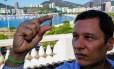 O advogado Carlos Augusto Thomaz mostra o projétil que encontrou em sua casa
