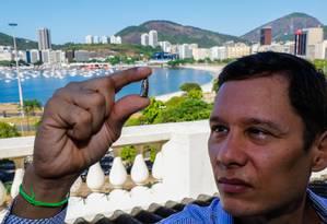 O advogado Carlos Augusto Thomaz mostra o projétil que encontrou em sua casa Foto: Marcelo Régua / Agência O Globo