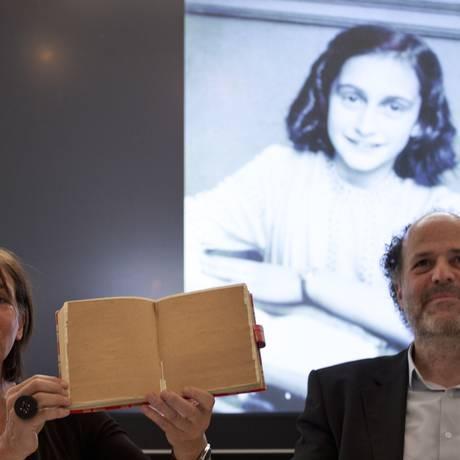 Teresien da Silva e Ronald Leopold, da Fundação Anne Frank, mostram uma cópia do diário com as páginas escondidas durante coletiva de imprensa Foto: Peter Dejong / AP