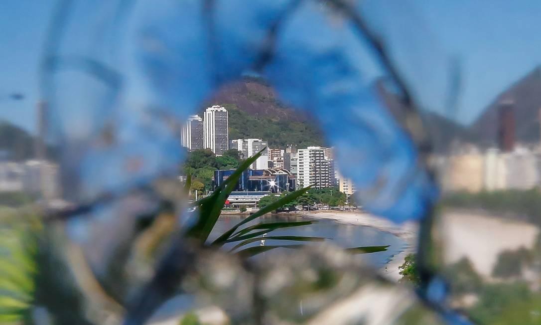 Janela de prédio em Botafogo foi atingida por bala perdida Foto: Marcelo Regua / Agência O Globo