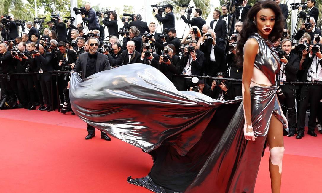 Além do sósia de Michael Jackson, o vestido dramático de Winnie Harlow chamou a atenção no red carpet ERIC GAILLARD / REUTERS