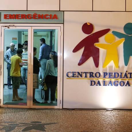 bebê atingido por bala perdida no Cosme Velho passará por cirurgia Foto: Fabiano Rocha / Agência O Globo