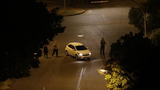 policiais junto a um carro, durante reconstituição das mortes de Marielle Franco e Anderson Gomes Foto: Alexandre Cassiano 10-05-2018 / Agência O Globo