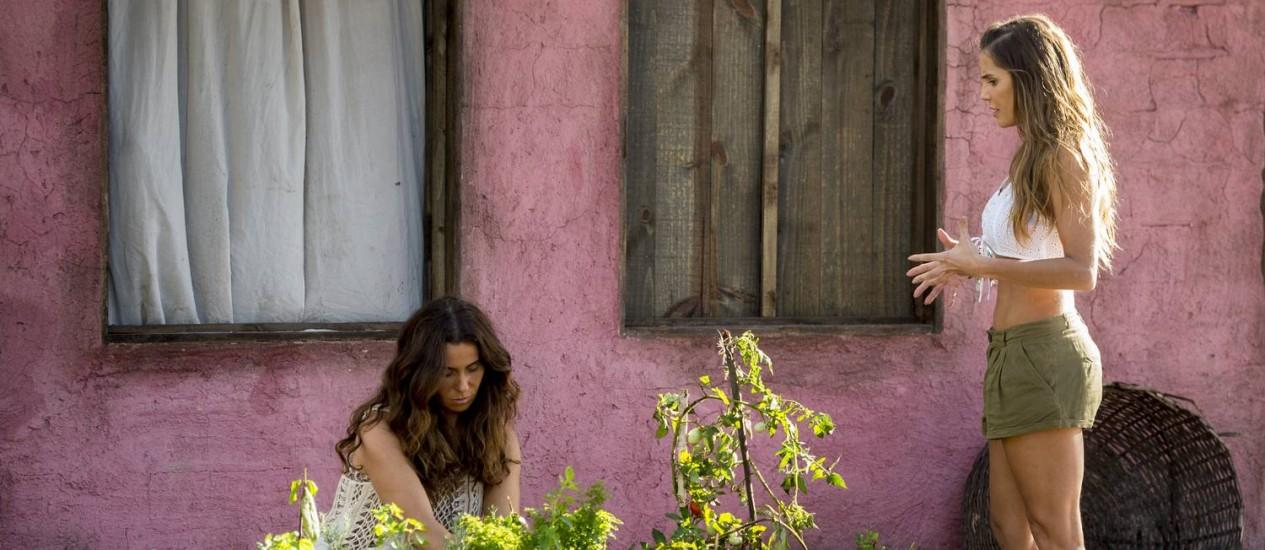 Luzia (Giovanna Antonelli) colhe legumes em sua horta e Karola (Deborah Secco) se aproxima Foto: Divulgação/TV Globo/João Cotta