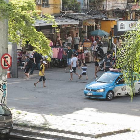 Viatura estacionada na entrada da Rocinha Foto: Brenno Carvalho / Agência O Globo