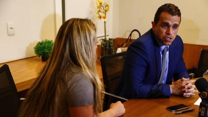 Coletiva de imprensa com o advogado e esposa de Orlando de Curicica Foto: Agência O Globo