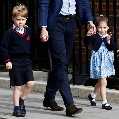 Príncipe George e princesa Charlotte chegam a maternidade para conhecer o irmão príncipe Louis Foto: Henry Nicholls / REUTERS