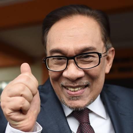 Anwar Ibrahim acena para apoiadores enquanto deixa a prisão em Kuala Lampur Foto: MOHD RASFAN / AFP