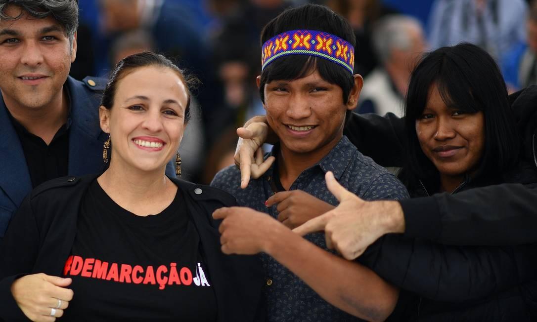 A diretora Renée Nader Messora foi para a sessão de fotos desta quarta-feira com uma camiseta com a hashtag #DemarcaçãoJá, que pede avanço na demarcação das terras tradicionalmente ocupadas pelos povos indígenas no Brasil ALBERTO PIZZOLI / AFP