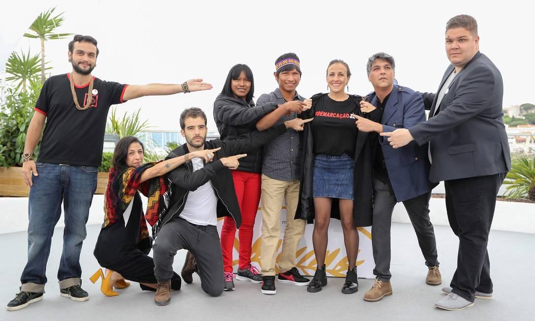 A partir da segunda à esquerda, parte da equipe do filme: a coordenadora de produção Isabella Nader, o diretor João Salaviza, a atriz Koto Kraho, o ator Ihjac Kraho, a diretora Renée Nader Messora e os produtores Ricardo Alves Jr. e Thiago Macedo Correia VALERY HACHE / AFP
