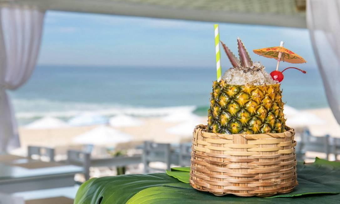 Pesqueiro. O Bora Bora é servido num abacaxi com três tipos de diferentes rum, xarope de baunilha, açúcar mascavo e especiarias. Av. Lúcio Costa Ilha 25, Praia da Reserva (99061-1342) TomasRangel / Divulgação