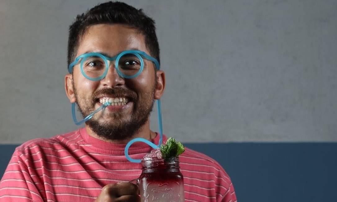 Vizinho Gastrobar. Drinques que precisam ser servidos com canudo ou são no oculos ou papel. Dont touch my cocktail (R$29): vodca, xarope de chiclete, abacaxi, absinto e chá de hibisco. Av. das Américas 8585, quiosques 3-4, Barra (97154-0841) Divulgação
