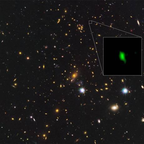Detecção do oxigênio na galáxia aparece em verde na imagem Foto: ALMA (ESO/NAOJ/NRAO), NASA/ESA Hubble Space Telescope