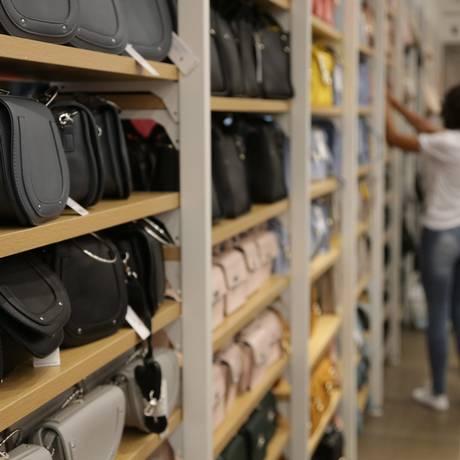 Loja em shopping do Rio: piora na expectativa de consumo privado foi principal razão para redução da estimativa para o PIB em 2018. Foto: Roberto Moreyra / Agência O Globo