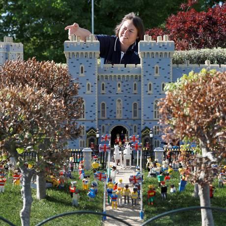 Paula Laughton, da equipe de maquetes da Legoland Windsor, ajeita a réplica do Castelo de Windsor, criada em ocasição do casamento real Foto: Reuters / Peter Nicholls