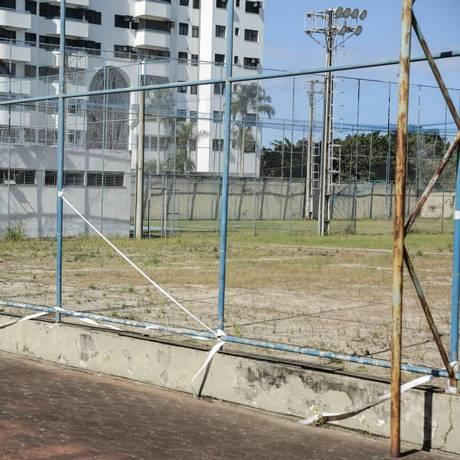 Na reabertura, a prefeitura prometeu reformar o campo de futebol, o que ainda não aconteceu Foto: Brenno Carvalho / Brenno Carvalho