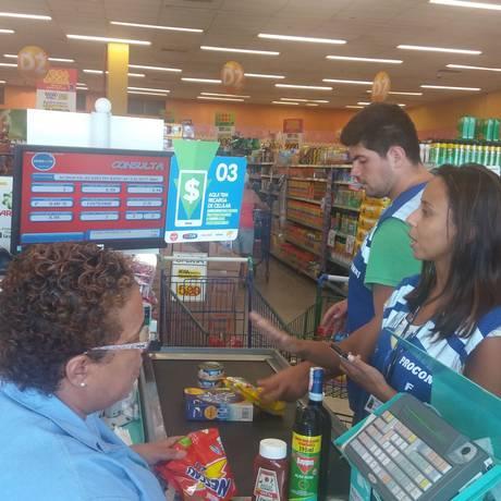 Fiscais do Procon-RJ verificam preços de produto no caixa de supermercado Foto: Divulgação