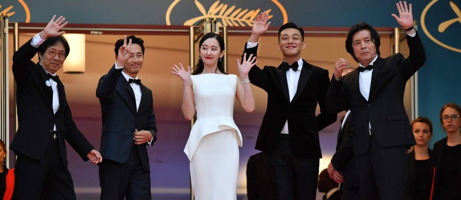 O diretor sul-coreano Lee Chang-Dong (o último à dir.) com o elenco de 'Burning' no Festival de Cannes Foto: ALBERTO PIZZOLI / AFP