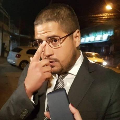 Advogado de Orlando, Pablo Andrade, conversou com jornalistas após depoimento Foto: Marcos Nunes / Agência O Globo