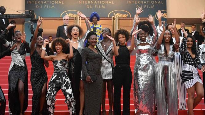 Algumas das 16 mulheres negras que protestaram em Cannes pela falta de igualdade no cinema francês Foto: LOIC VENANCE / AFP