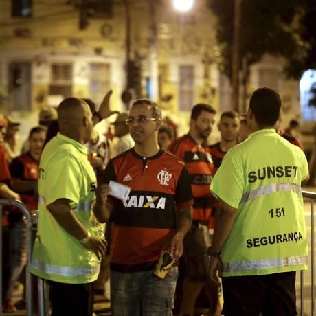 Torcida do Flamengo não encontrou problema na chegada ao Maracanã Foto: Marcelo Theobald / Agência O Globo