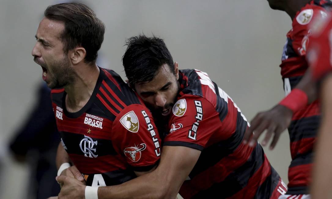 Éverton Ribeiro é abraçado por Henrique Dourado ao marcar o primeiro gol Foto: Marcelo Theobald / Agência O Globo
