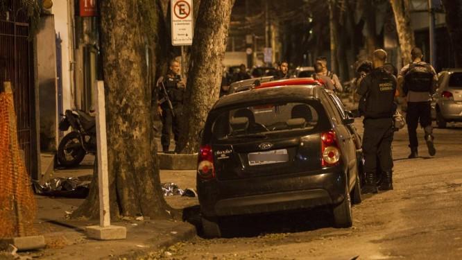 Agentes realizaram perícia em rua onde PM foi morto a tiros, em Botafogo Foto: Ricardo Cassiano / Agência O Globo