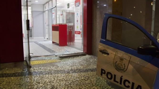 Estragos deixados por criminosos em agência no Centro do Rio Foto: Ricardo Cassiano / Agência O Globo