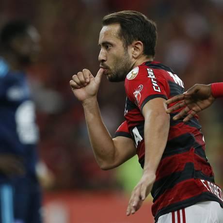 Everton Ribeiro presta homenagem ao filho recém-nascido em comemoração Foto: Leo Correa / AP