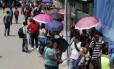 Desempregados fazem uma grande fila em Realengo, Zona Oeste do Rio, em busca de empregos oferecidos por uma rede de supermercados,