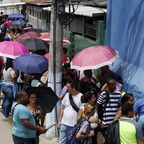 Desempregados fazem uma grande fila em Realengo, Zona Oeste do Rio, em busca de empregos oferecidos por uma rede de supermercados, Foto: Marcos de Paula / Agência O Globo