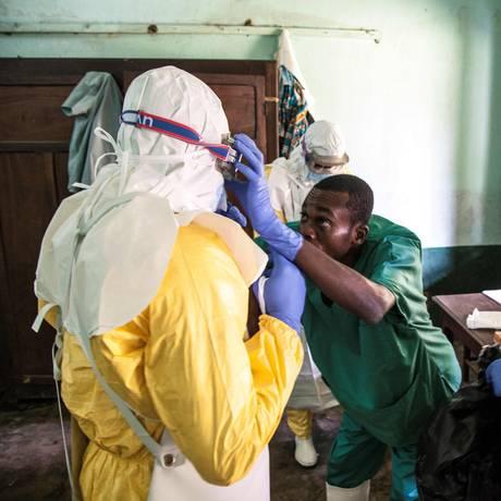 Profissionais de saúde se preparam para tratar pacientes com suspeita de ebola, no Congo Foto: MARK NAFTALIN / Unicef/AFP