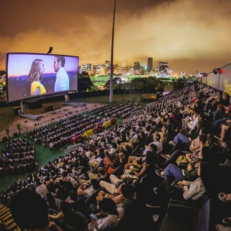 Shell Open Air exibe filmes num telão do tamanho de uma quadra de tênis Foto: Alexandre Woloch / Divulgação / Alexandre Woloch / Divulgação