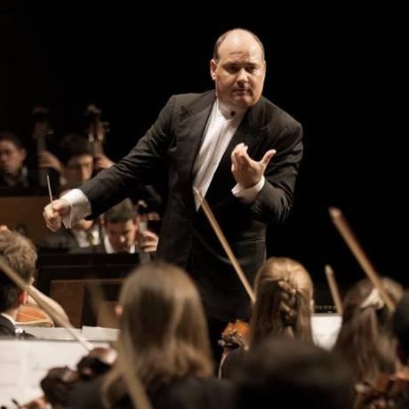 Cláudio Cruz assume o posto de maestro regente da orquestra do Municipal Foto: Reprodução Facebook