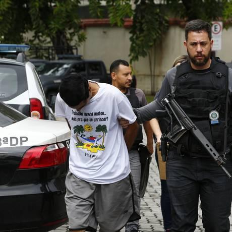 Um preso chega à Cidade da Polícia, no Rio Foto: Pablo Jacob / Agência O Globo
