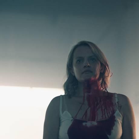 'The Handmaid's Tale': June (Elizabeth Moss) em cena da segunda temporada da série Foto: Divulgação