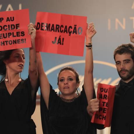 A produtora Isabella Nader, a diretora Reneé Nader Messora e o diretor Joao Salaviza no Festival de Cannes Foto: VALERY HACHE / AFP