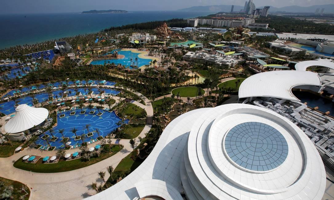 Do céu podemos ter a real dimensão da grandiosidade de obras como o Atlantis Sanya, resort aberto recentemente em Sanya, na província chinesa de Hainan. A propriedade ocupa uma área de 540 mil metros quadrados e tem 1.160 quartos e 154 suítes, além de parques aquáticos e até um aquário. A foto foi tirada da torre central, de 52 andares. Foto: Bobby Yip / REUTERS