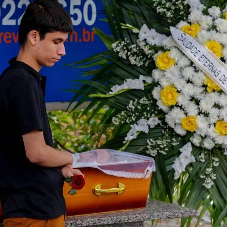 Gabriel Gomes se despede do avô, morto durante uma operação policial na favela da Rocinha, na segunda-feira Foto: Marcelo Regua / Agência O Globo