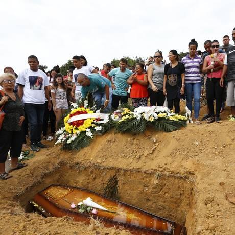 O enterro de Soraia Macedo de Lemos aconteceu no início da tarde dessa quinta-feira Foto: Agência O Globo / Pablo Jacob