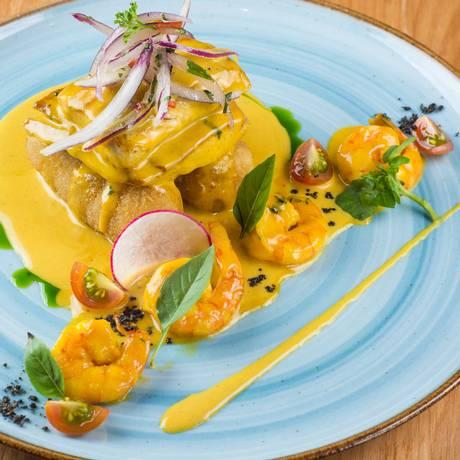 Lima. Peixe ao molho de camarão e croquetes de mandioca com queijo (R$ 64) Foto: Lipe Borges / Divulgação