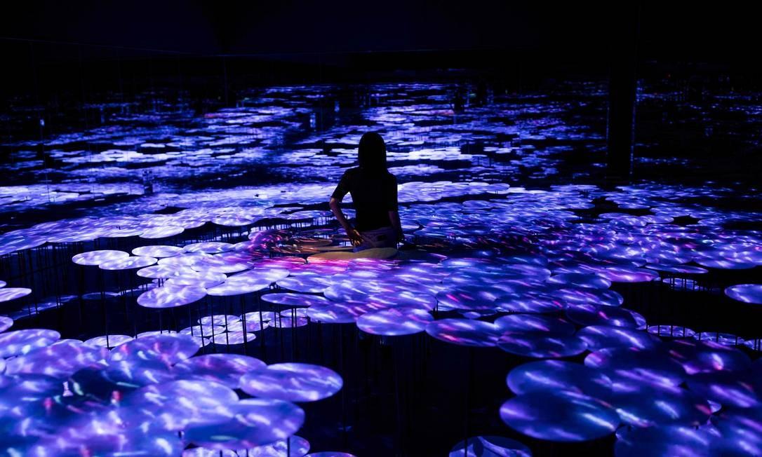 Sala com instalação digital que cria a ilusão de um mar repleto de peixes Foto: BEHROUZ MEHRI / AFP